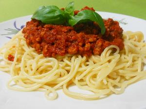 Spaghetti z sosem pomidorowym i mielonym mięsem