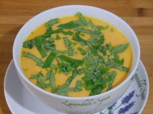 Zupa krem z pomidorów z migdałami i śmietaną