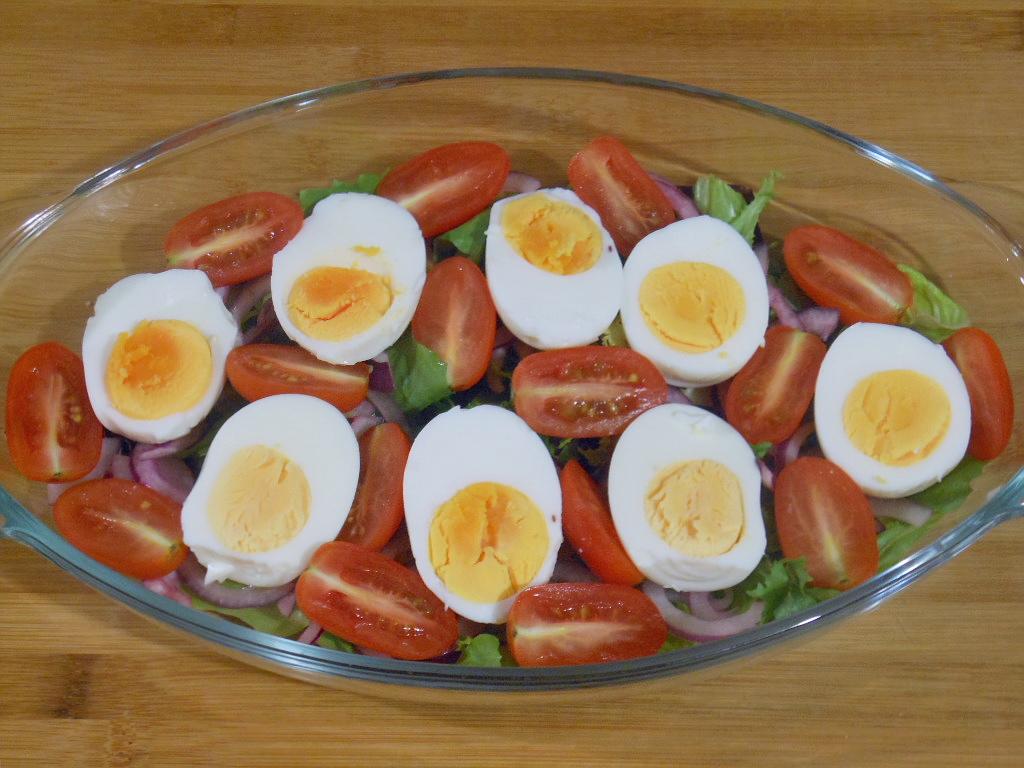 Warstwa druga - jajka i pomidory