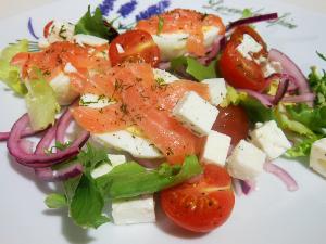 Śródziemnomorska sałatka z wędzonym łososiem