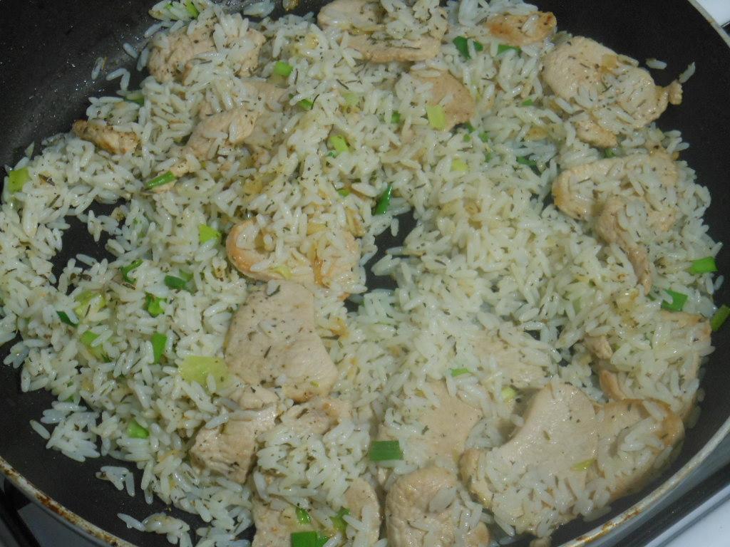 Na końcu mieszamy z ugotowanym ryżem