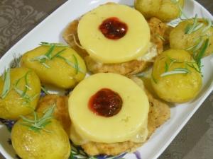 Kotlety schabowe z serem i owocami