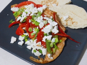 Omlet z papryką, pomidorami i fetą