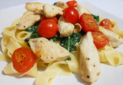 Makaron ze smażonym kurczakiem, szpinakiem i pomidorkami
