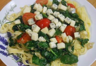 Makaron ze szpinakiem i serem pleśniowym