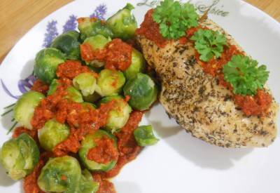 Faszerowany filet z kurczaka z sosem pomidorowym i brukselką