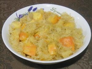 Duszona kapusta kiszona z ananasem i jabłkami