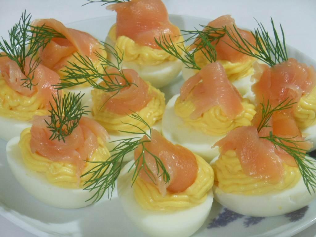 Jajka faszerowane z majonezem i łososiem