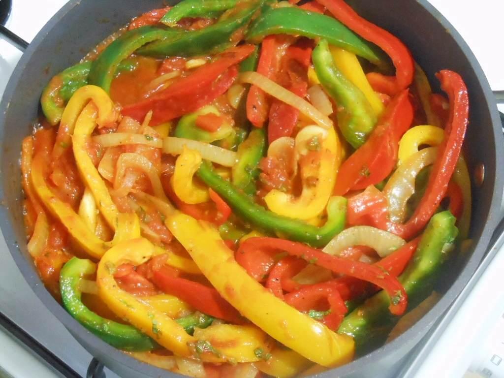 Potem pomidory i przyprawy