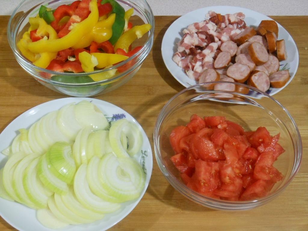 Pokrojone warzywa, boczek i kiełbasa