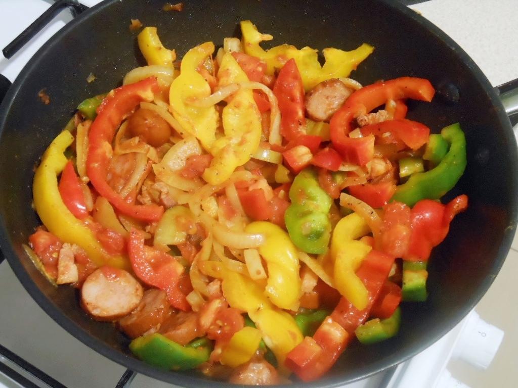 Następnie dodajemy pomidory, paprykę i przyprawy