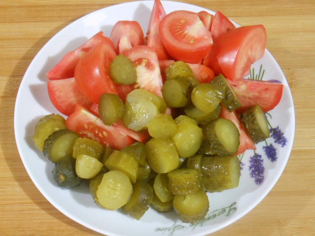 Pokrojone pomidory i ogórki