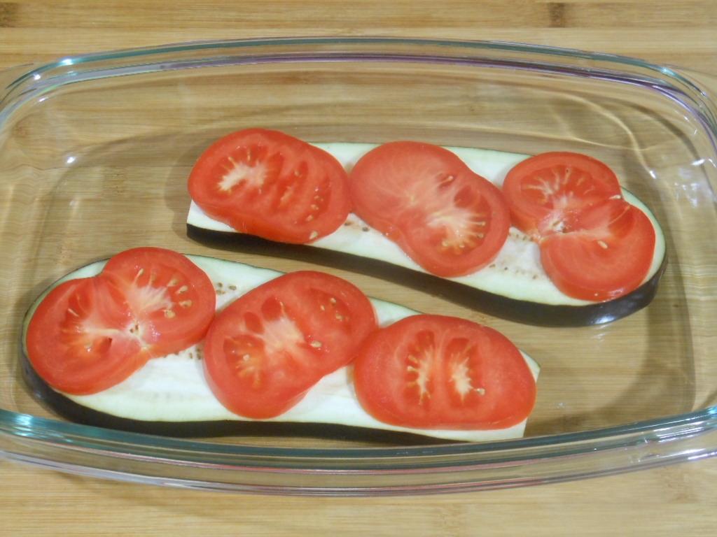 Na bakłażanie układamy najpierw pomidory