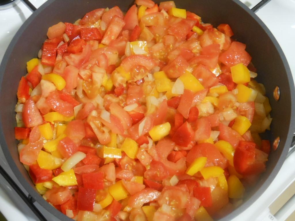 Następnie dodajemy paprykę i pomidory