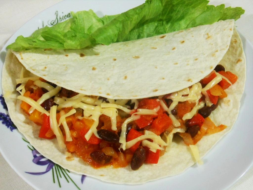 Tortilla z nadzieniem paprykowo-pomidorowo-fasolowym