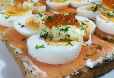 Tosty z łososiem, jajkiem na twardo i kawiorem