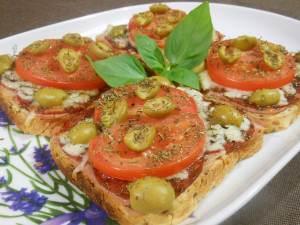 Tosty zapiekane z salami, mozzarellą i pomidorem
