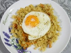 Jajka sadzone z quinoą i kurkami (grzybami leśnymi)