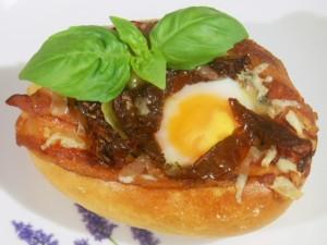 Jajka sadzone na boczku w bułce