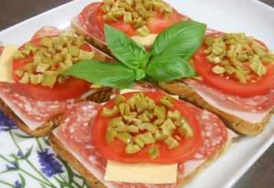 Tosty z szynką, salami, serem, pomidorem i oliwkami