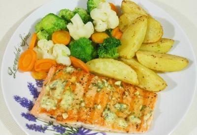 Łosoś z gotowanymi warzywami i pieczonymi ziemniakami