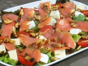 Sałatka z łososia z orzechami włoskimi