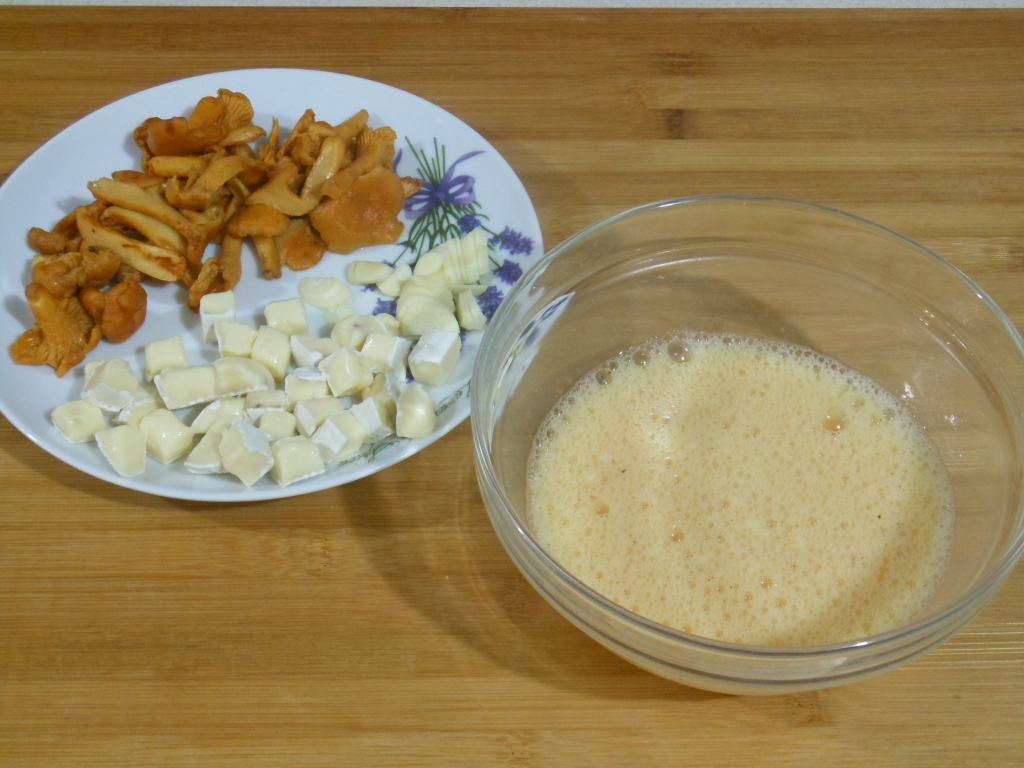 Pokrojone składniki i ciasto na omlet