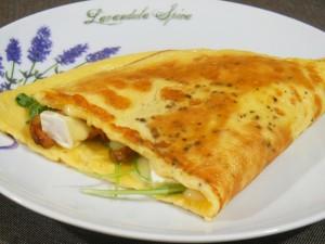 Omlet z kurkami, rukolą i camembertem