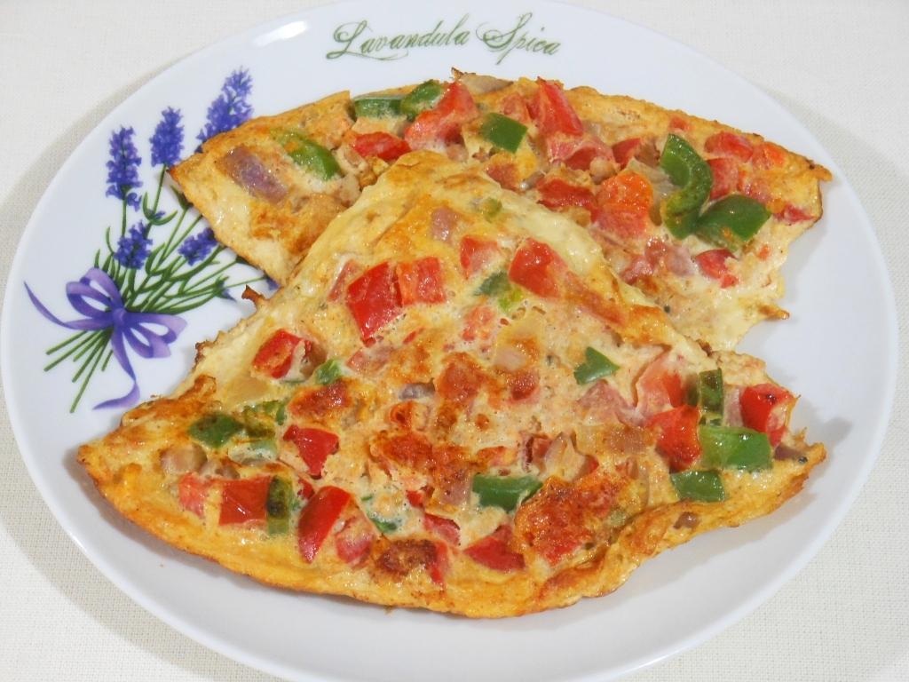 Omlet z papryką, pomidorami i mielonym mięsem