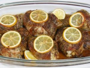 Nogi z kurczaka pieczone z boczkiem i cytryną