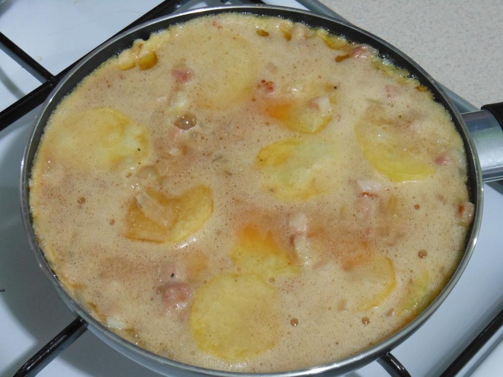 Masę z jajek i innych składników powoli smażymy