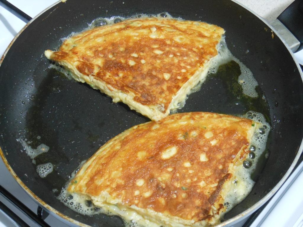 Dosmażanie omleta z wierzchniej strony