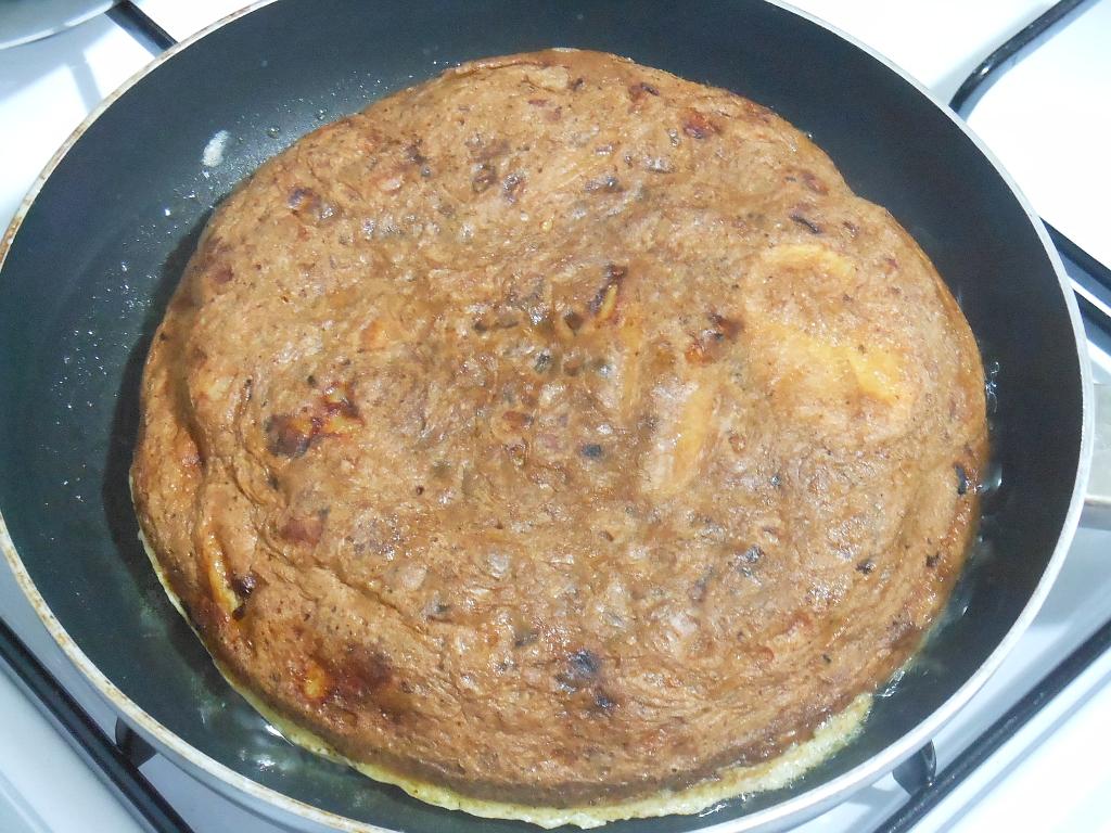 Dosmażanie omleta z drugiej strony