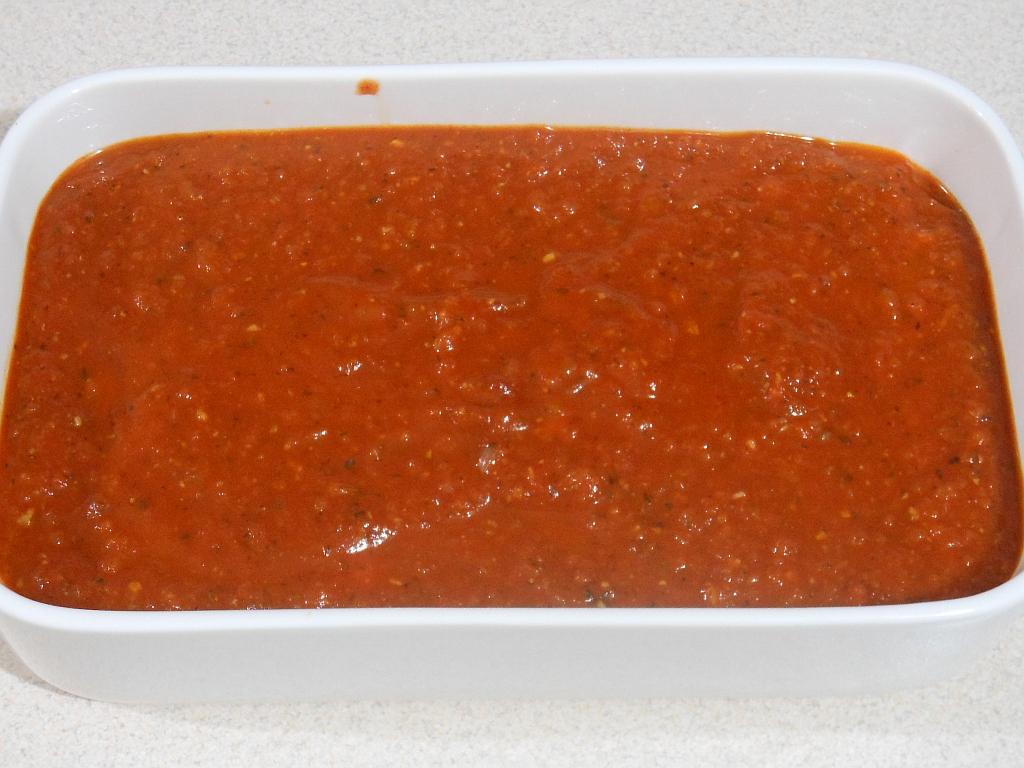 Całość przykrywamy resztą sosu