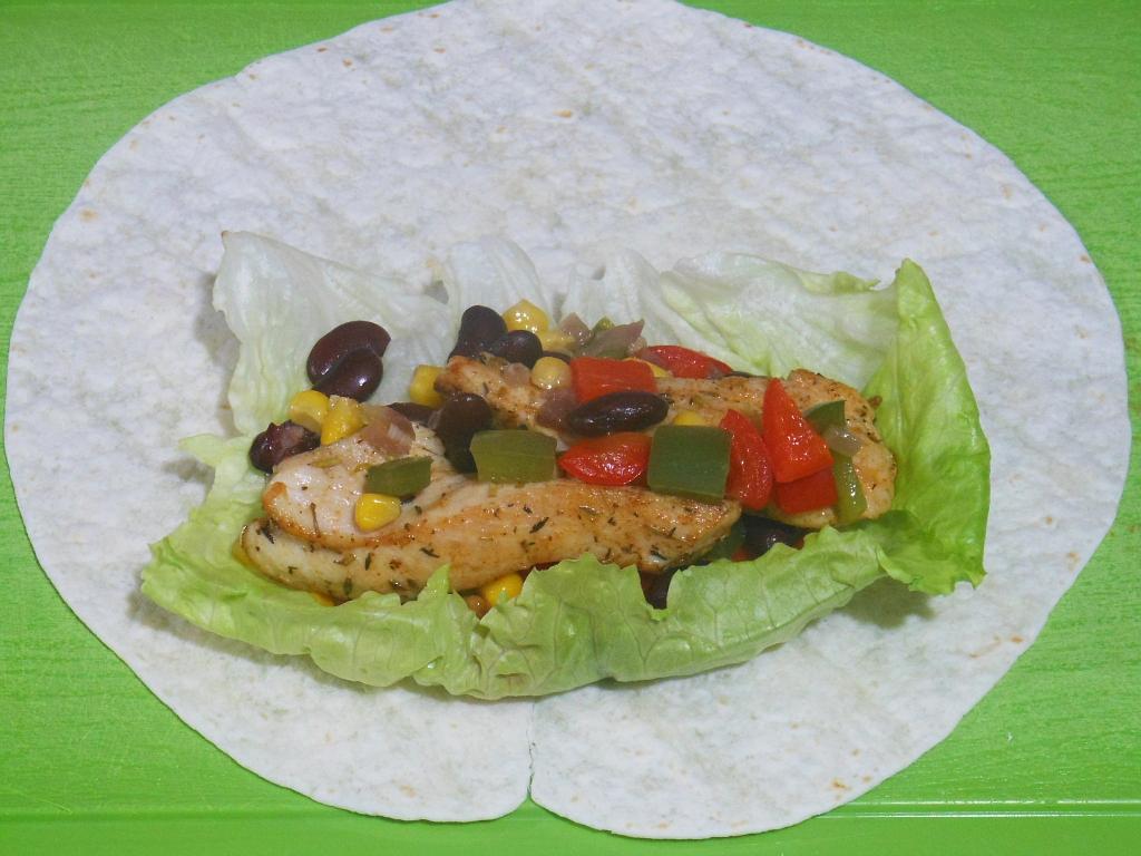 Kurczaka oraz warzywa zawiajamy w tortille