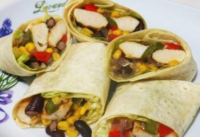 Tortilla z kurczakiem i kolorowymi warzywami