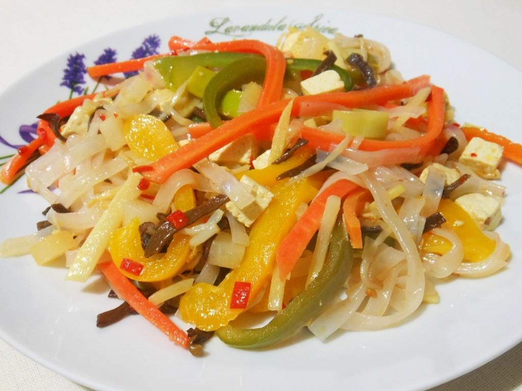 Warzywa z tofu i makaronem ryżowym