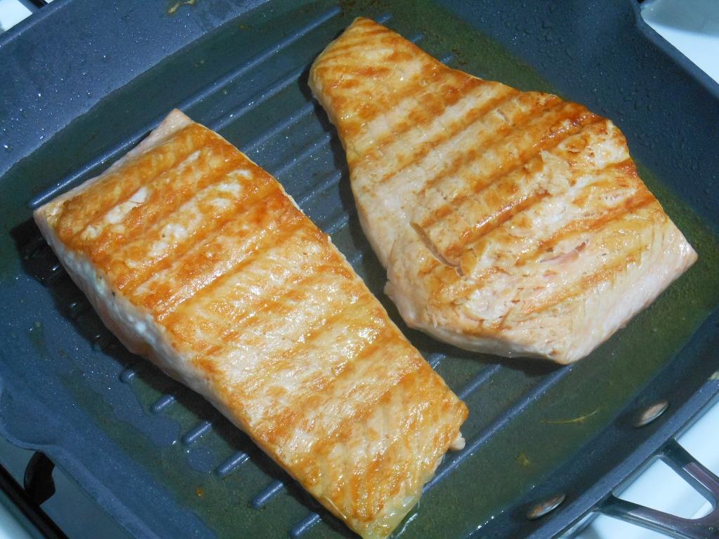 Łososia grillujemy na patelni lub tradycyjnie
