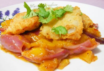 Smażona ryba z sosem z mango i sambalu