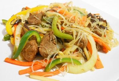 Wieprzowina z warzywami i makaronem chińskim