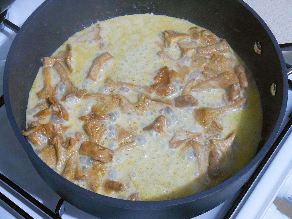 Przygotowanie sosu z kurkami