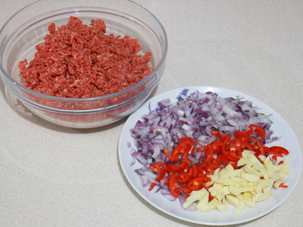 Rozdrobione mięso i warzywa