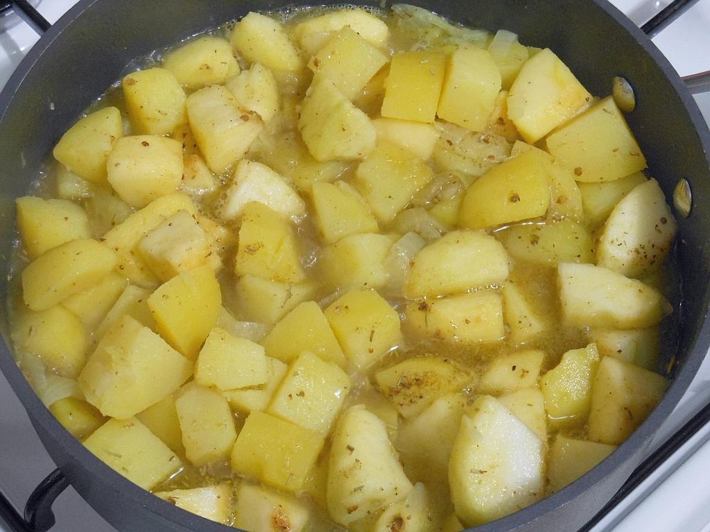 Ziemniaki z cebulą podsmażamy i dusimy...