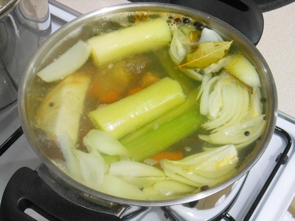 Najpierw gotujemy wywar z warzyw...