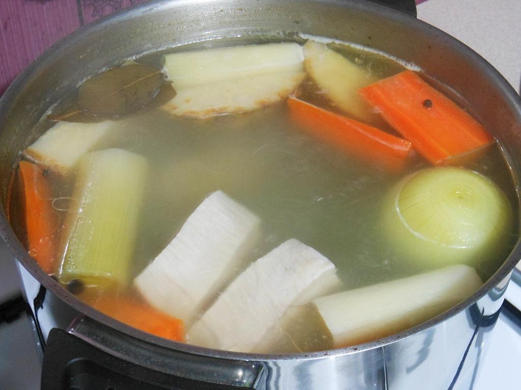 Z warzyw i mięsa gotujem powoli wywar