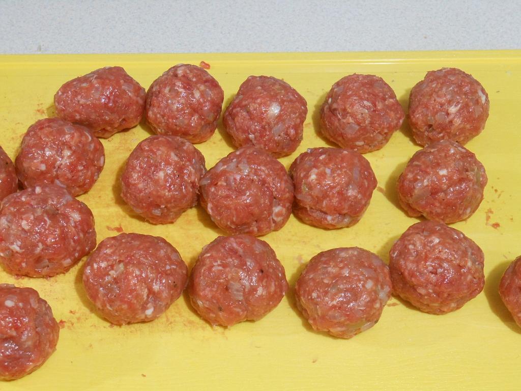 Z masy mięsnej formujemy klopsiki...