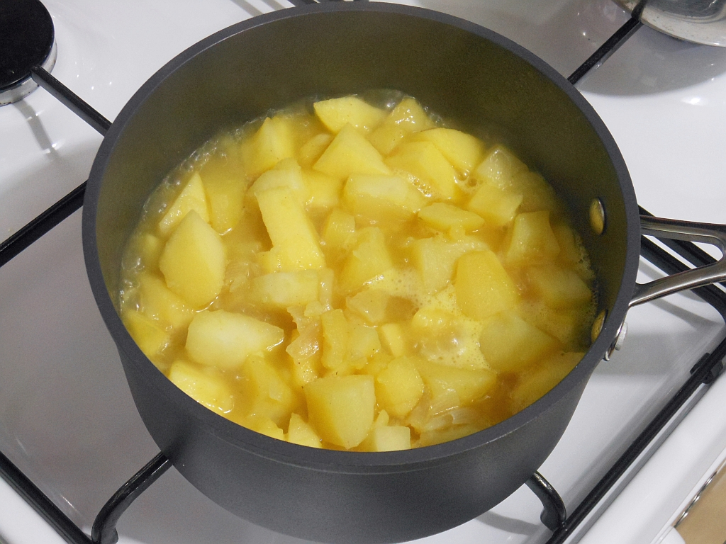 Ziemniaki i jabłka gotujemy w bulionie...