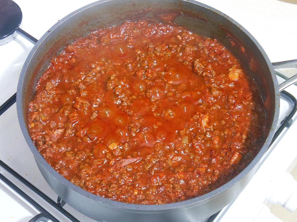 Dodajemy pomidory, przyprawiamy i długo gotujemy